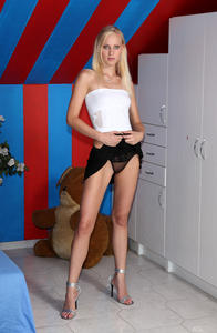 Uma - Striptease Speculum [Zip]-15n48l02ga.jpg