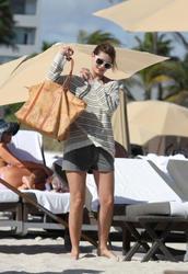 http://img198.imagevenue.com/loc520/th_311833304_Mischa_Barton_Bikini_Candids_on_the_Beach_in_Miami_December_27_2011_112_122_520lo.jpg